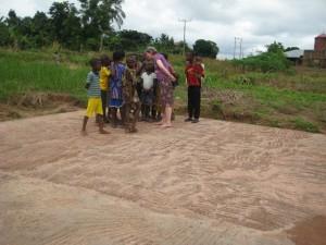 Adelheid Kortmann-Walterbusch mit Kindern auf der Bodenplatte, Juli 2012